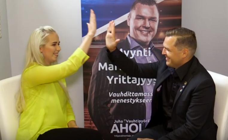 Juha Ahola ja yritysasiakas Tuuli riemuitsee onnistunutta sparrausta