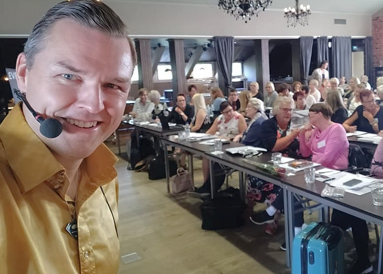 Juha Ahola kouluttaa myynnin ja markkinoinnin opiskelijoita 2019