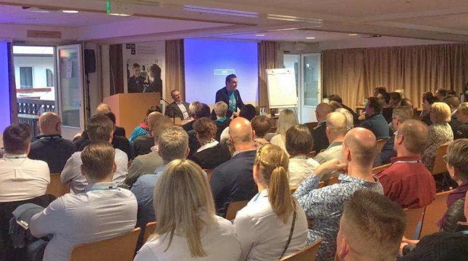 Juha Ahola kouluttaa yrityksen henkilökuntaa myynnin saloihin